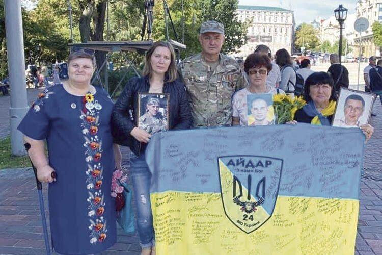 Катерина Олександрівна періодично зустрічається з батьками загиблих на війні. Вона єдина в Україні, у кого двоє синів зникли безвісти на фронті.