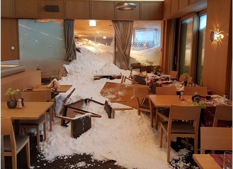 Снігова лавина практично зруйнувала ресторан у швейцарському готелі .