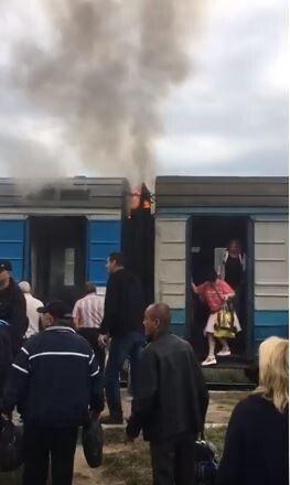 Локомотивна бригада оперативно зреагувала на надзвичайну ситуацію, ліквідувавши задимлення наявними засобами пожежогасіння.