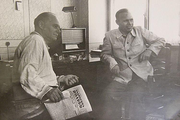 У кабінет до редактора завітав народний артист СРСР Костянтин Скоробагатов (ліворуч). До речі, лауреат п'яти Сталінських премій. Фото 1951 року.