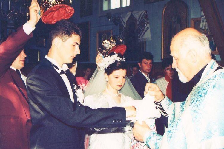 Травневого дня пов'язав їм священник руки, благословляючи їхній шлюб.