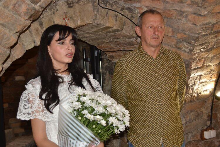 Галеристка Наталя Грабовецька та Едуаррд Бєльський під час відкриття виставки в Луцьку.