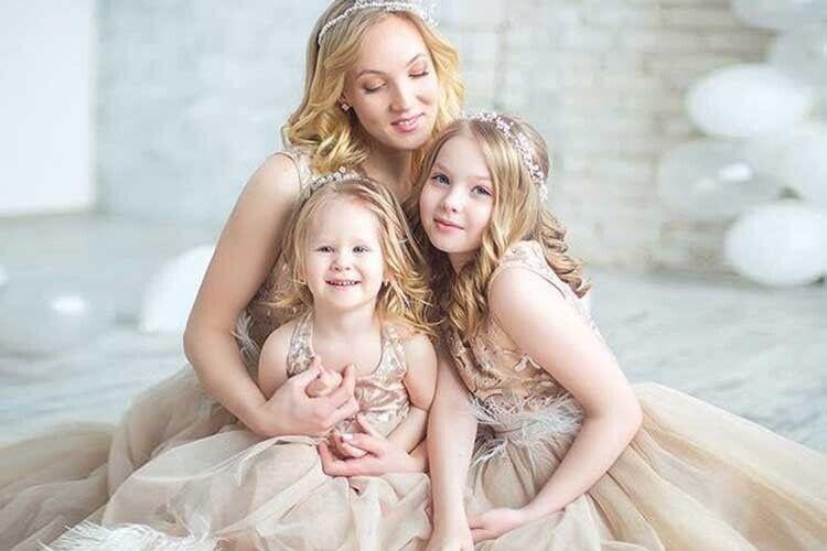 Три красуні-блондинки — найбільший скарб артиста.