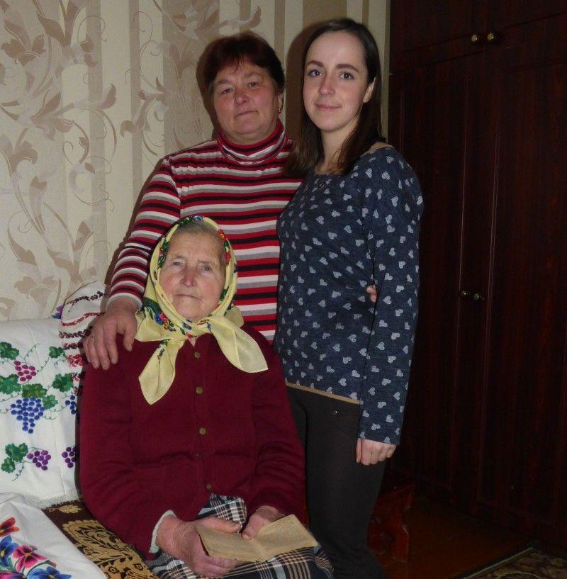 Три покоління: бабуся Ольга, донька Тетяна й онучка Олена.