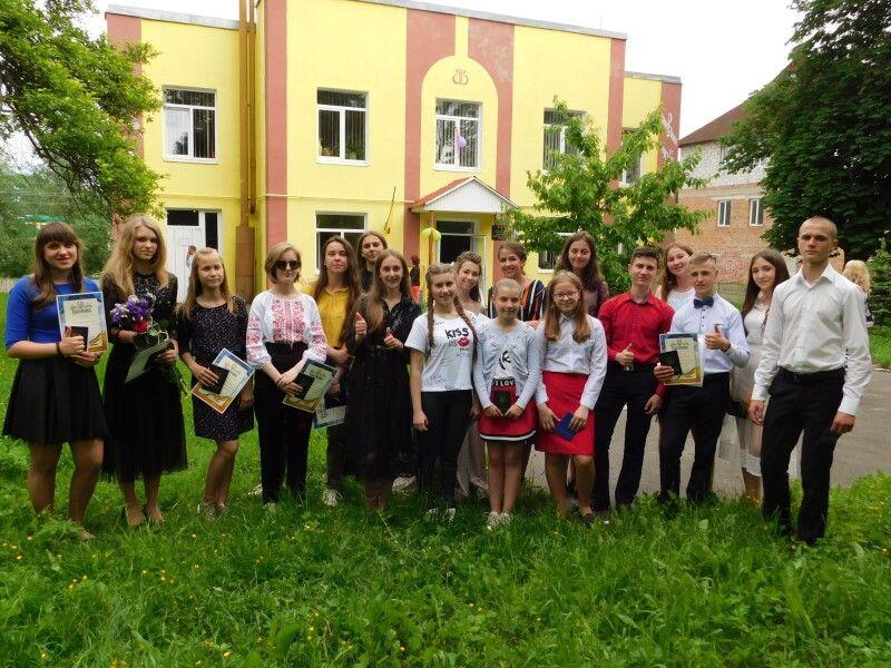 Востаннє біля рідної школи. Фото Лесі ВЛАШИНЕЦЬ.