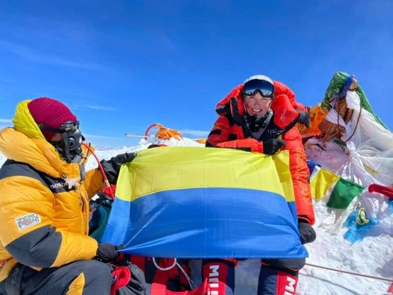 Учасники експедиції розгорнули прапор України у піднебессі.