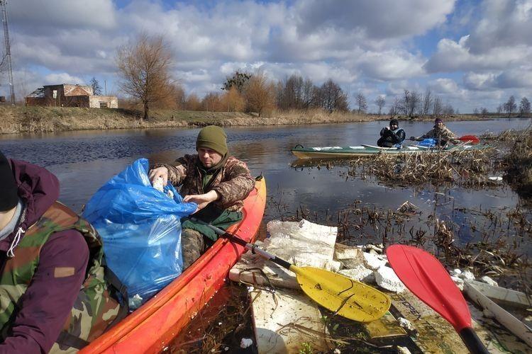Сергій Бущук розбирає пластикового плота.