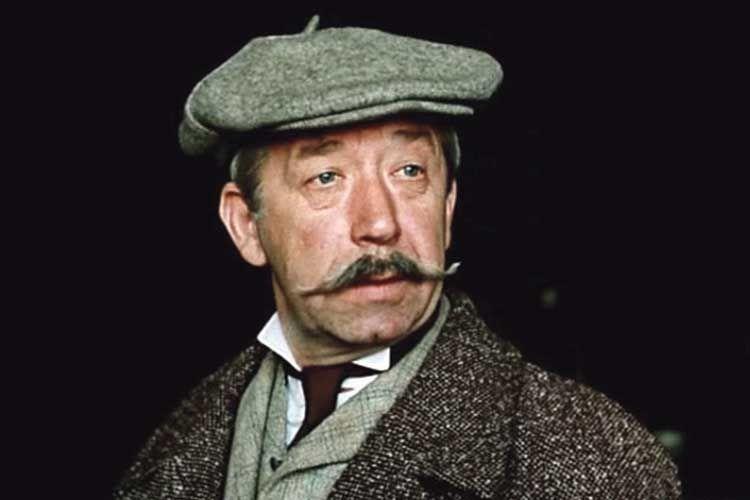 На роль інспектора Лестрейда уфільмі про Холмса довго шукали коміка з«неросійською зовнішністю». Через український акцент Брондукова озвучував героя інший актор.