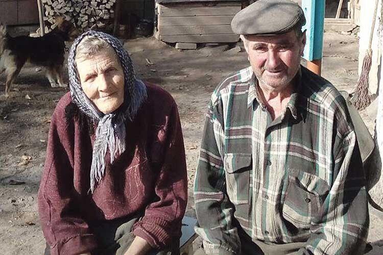 Господарі Теслюки і в 79 літ тримають господарку  та обробляють землю.