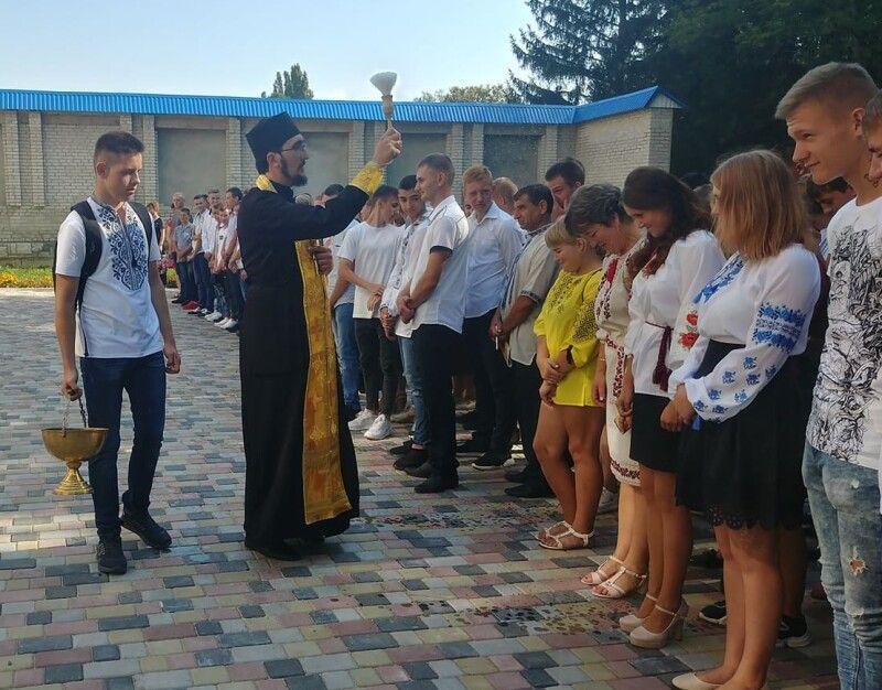 Помолився разом із учнями та педагогами і побажав успішного навчального року священник ПЦУ Миколай Качмар.