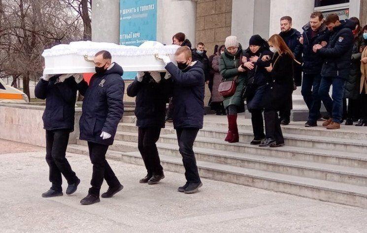 Віддати останню шану загиблій прийшли сотні людей.