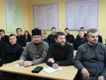 Аудиторія була переповнена викладачами та студентами.