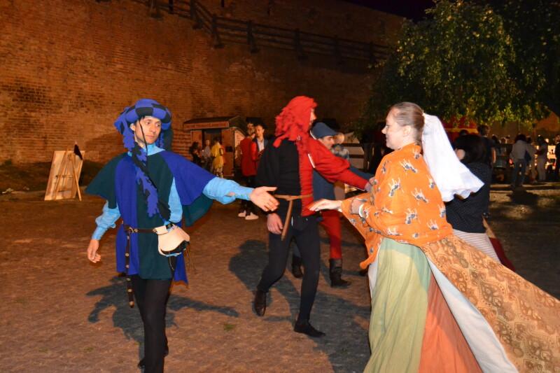 Навчитися танцювати за середньовічною модою мали змогу усі охочі.