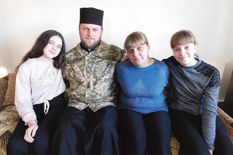 Отець Євген іздружиною Галиною ідоньками Вікторією таЮлією.