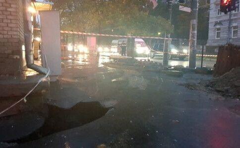 В гуртожитку перекрито газ та електрику, а під будівлю закачують бетон. Фото dsns.gov.ua.
