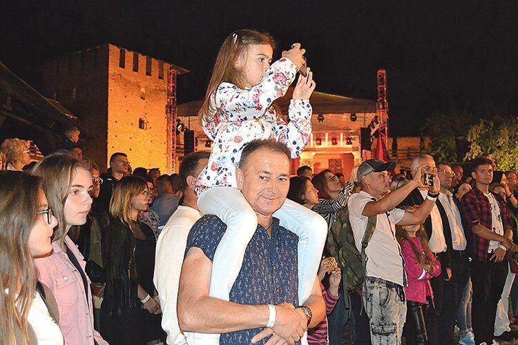І тато щось цікаве побачив, і донька не може відірватися від шоу!