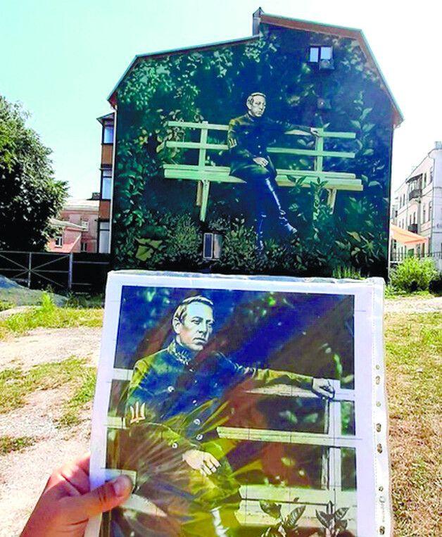 Цей стінопис — копія фотознімка великого українця під час перебування у місті на Поділлі.
