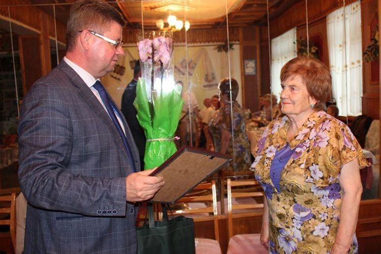 Від імені нововолинців Марію Олексіївну Карпінську привітав Андрій Сторонський.