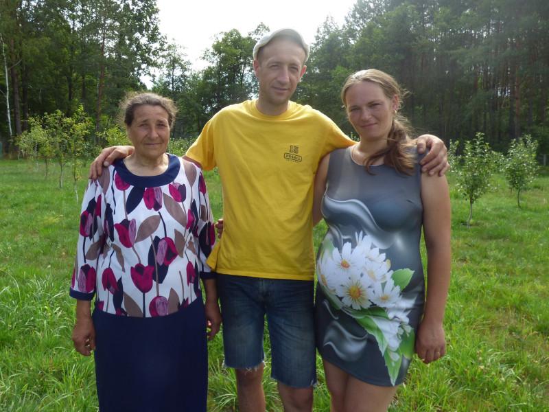 Анатолій Костюк із мамою та дружиною залишились у Власюках, бо тут чарівна природа і далеко «від шуму та суєти».