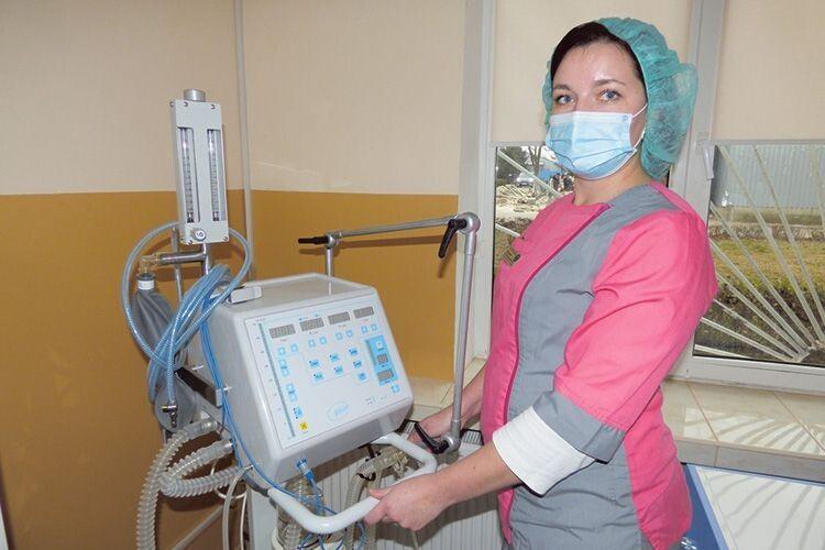 Медсестра Юлія Гаврилюк демонструє нове обладнання.