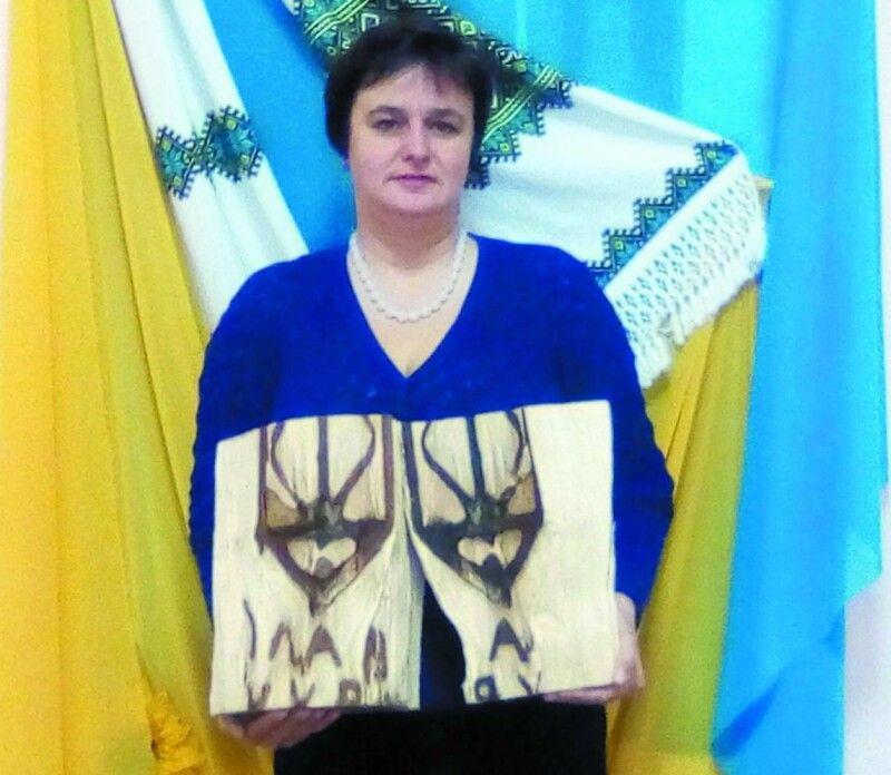 У руках голови територіальної громади Галини Огородник – патріотичні поліна.