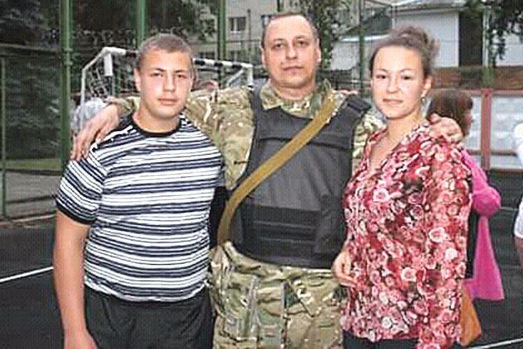 Перед від'їздом у зону АТО з донькою Наталею  та сином Олександром.