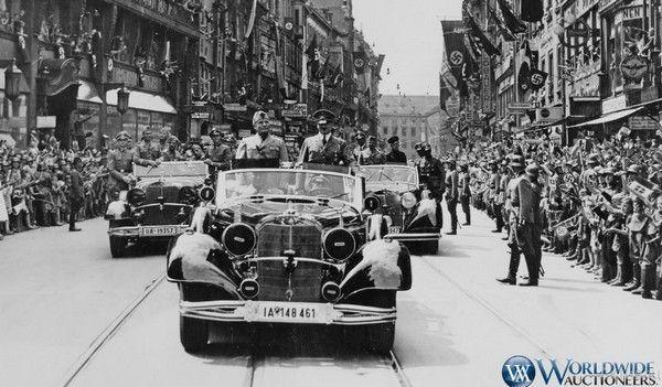 """Муссоліні й Гітлер їдуть у цьому самому """"Мерседесі"""" вулицею Мюнхена, 18 червня 1940 року"""