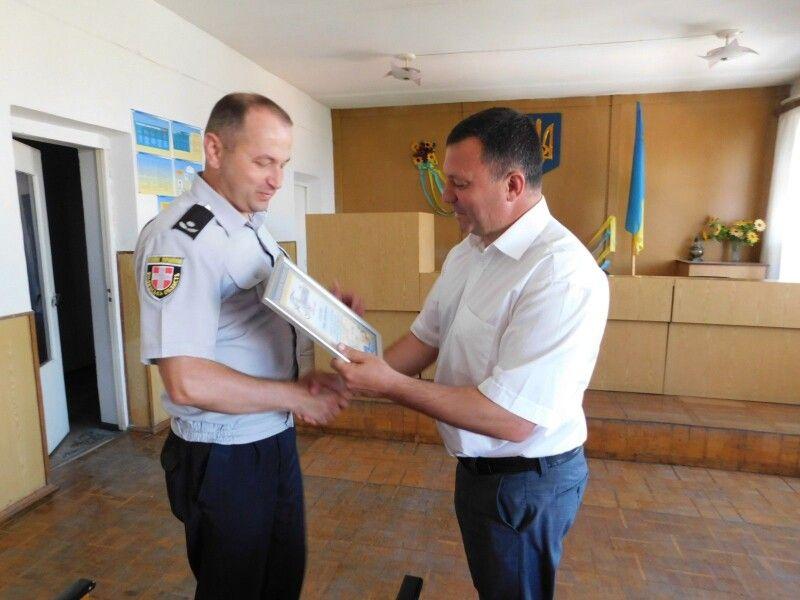 Горохівський міський голова Віктор Годик нагороджує Грамотою за сумлінне виконання службових обов'язків Петра Олексюка.