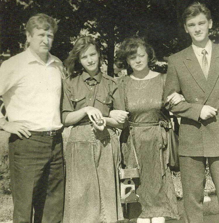 3 червня 1989 року — батьки ще молоді, а діти юні...