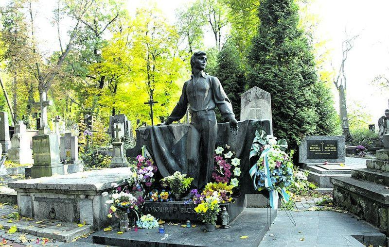 Могила видатного українця на Личаківському цвинтарі Львова... Там завжди квіти.