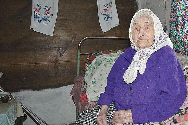 Єлизавета Петрук живе самотньо у старенькій хатині,  але на долю не скаржиться.