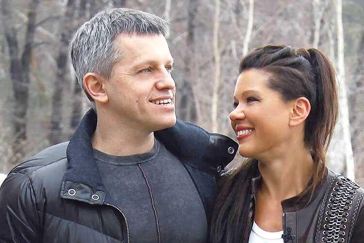 З чоловіком Олександром Руслана одружена 23 роки. Він мав шанс зробити свою музичну кар'єру, навіть співав у хорі Львівського оперного театру, але все ж обрав шлях продюсера та автора пісень для дружини.