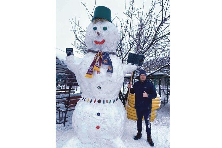Перед таким сніжним фанатом футболу розтане навіть Снігова Королева.