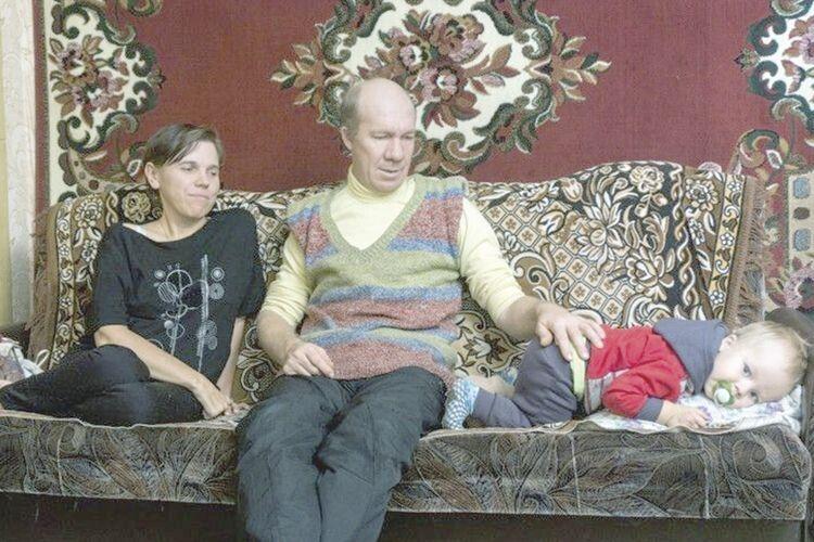 Під час попереднього приїзду до Дмитруків Сашко звеселяв тата й маму, нині ж йому допомагає ще й сестричка.