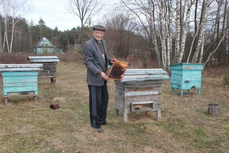 Пасічником Григорій Петрович став, уже як на пенсію вийшов.