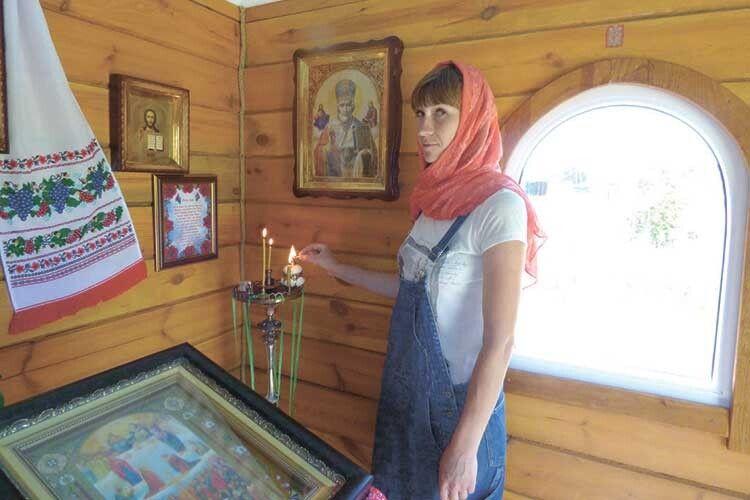 Олена Коваль у сільській святині: і для жінки, родом із Ковеля,  рідною стала мала батьківщина чоловіка.