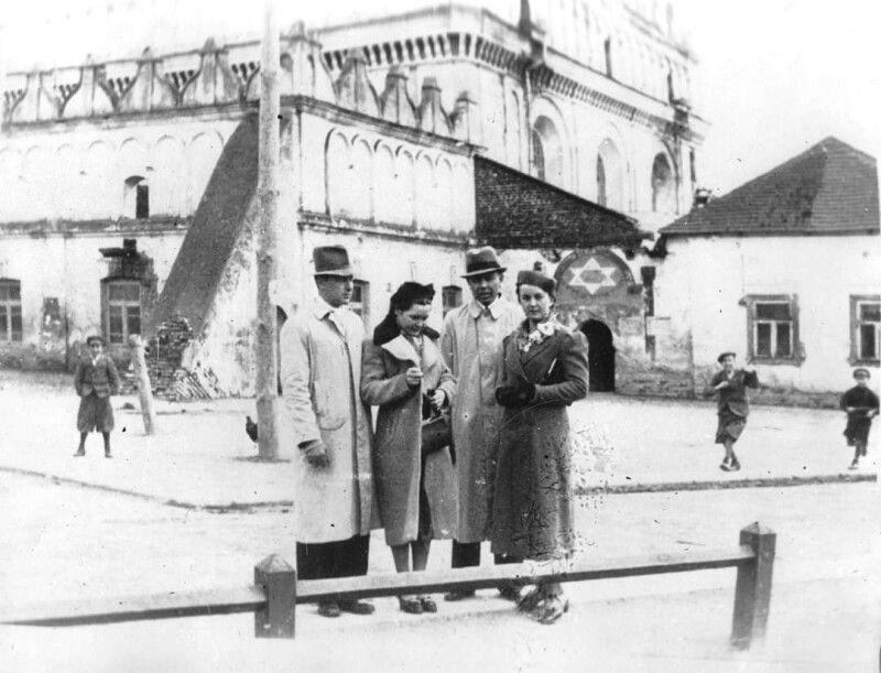 Жителі м.Любомль на фоні синагоги у місті Любомль.1930-ті рр. Фото з архіву Любомльського краєзнавчого музею.
