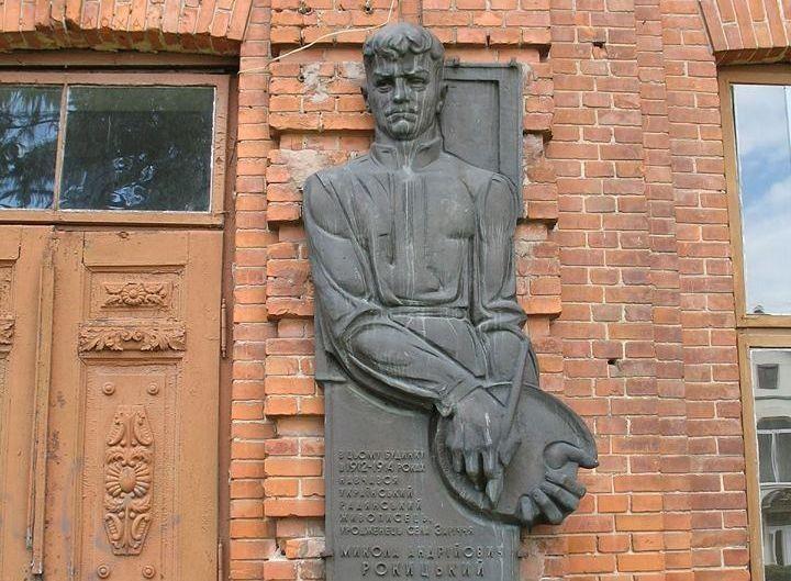 Барельєф уродженцю села Заріччя Миколі Рокицькому(1901-1944) довгий час знаходився на стіни приміщення колишньої чоловічої гімназії.