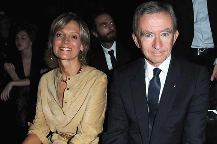Пані Арно в компанії чоловіка завжди усміхається.