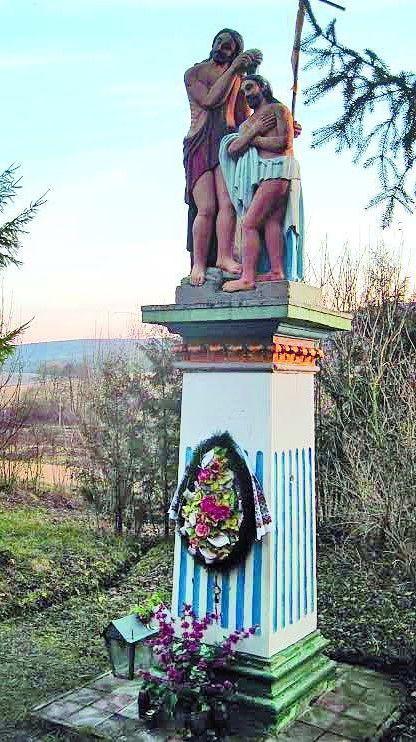 Кам'яна фігура Івана Хрестителя, яку місцеві жителі називають  святим Яном.