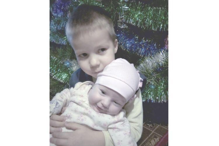 Маленьку Мілану братик просто обожнює.