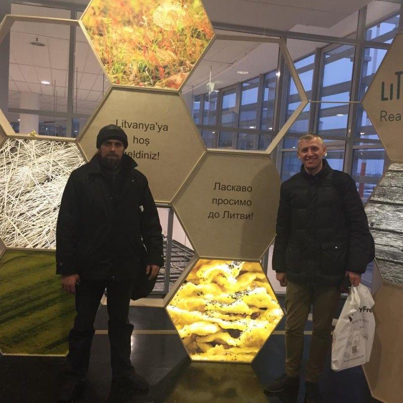 Павло Дубінець і Сергій Чекун були приємно вражені,  коли побачили за кордоном написи українською мовою, – нас там поважають.