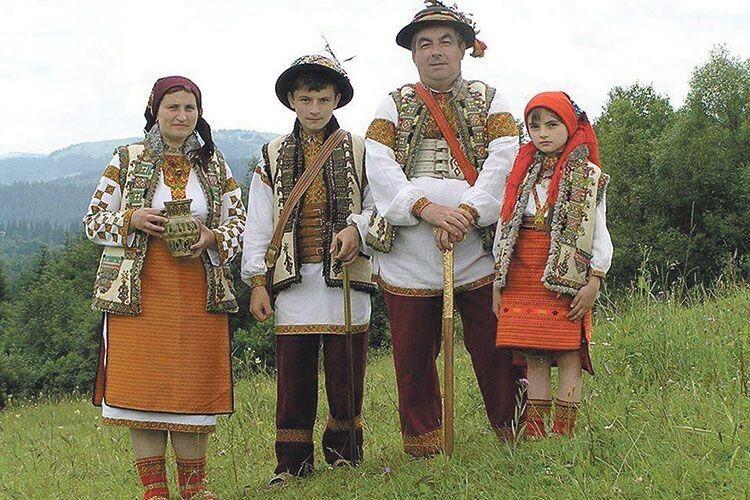 Житель Космача Нестор Пожоджук відновлює давні техніки вишивання  та передає їх майбутнім поколінням.
