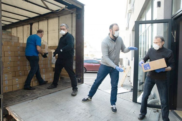 Центральний офіс партії «Європейська солідарність» перетворився на велику перевалочну базу, звідки відправляють допомогу у лікарні по всій Україні.