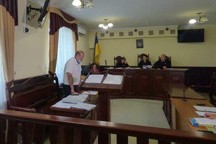 Прокурор Володимир Ющик (ліворуч), зачитуючи обвинувальну промову, зазначив, що злочин було вчинено в стані сильного сп'яніння.