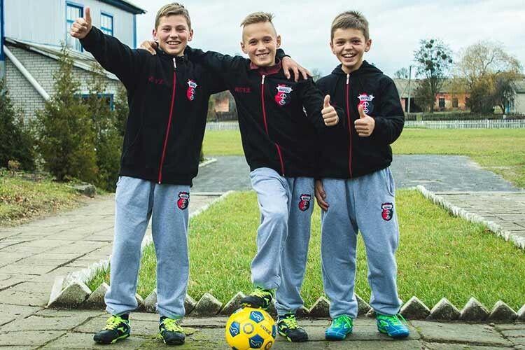 Батьки цих юних футболістів ізМаневиччини пройшли пекло війни, тому їхня усмішка— найцінніша.