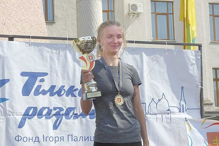 Анна Зубкова повезла кубок переможниці доБілорусі.