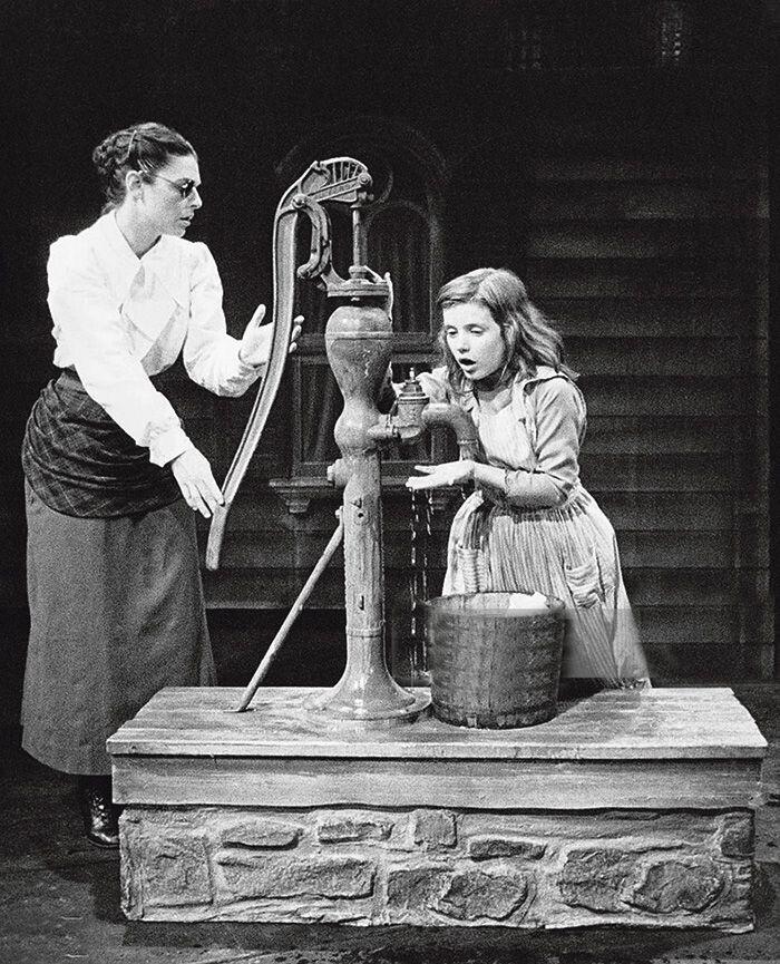 Вода стала для Хелен проривом у пізнанні. Вона раптом збагнула, що дотики–малюнки її вчительки і волога, якою та її обливає, є єдиним поняттям «вода».
