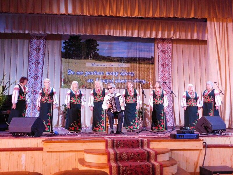Радість дарує співом народний аматорський ансамбль «Лучанка».