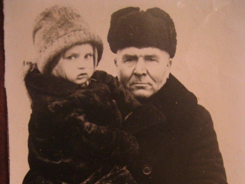 Отій маленькій дівчинці на руках у дідуся ще було не до запитань про минуле. Тепер же ні в кого поцікавитись...